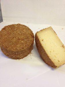 queso de cabra emborrado